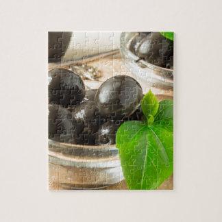 Brown legte Oliven auf dem alten hölzernen Puzzle