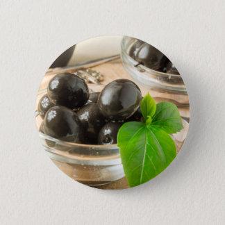 Brown legte Oliven auf dem alten hölzernen Runder Button 5,1 Cm