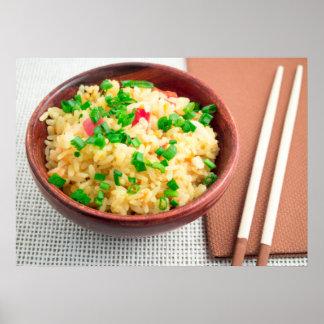 Brown-Schüssel mit einem Teil gekochtem Reis Poster