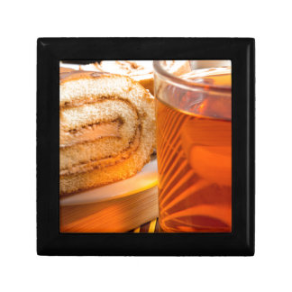 Brown-Schwammkuchen und Schale heißer Tee Geschenkbox
