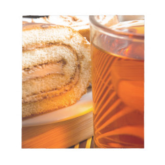 Brown-Schwammkuchen und Schale heißer Tee Notizblock