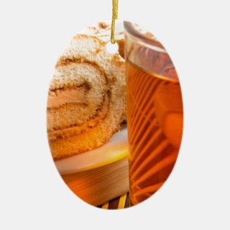 Brown-Schwammkuchen und Schale heißer Tee Ovales Keramik Ornament