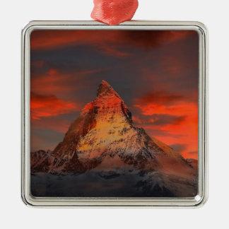 Brown und graues Weiß-Berg unter bewölktem Himmel Silbernes Ornament
