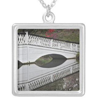 Brücke, die über Teich, Magnolie nachdenkt Versilberte Kette