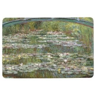Brücke über einem Teich der Wasser-Lilien durch Bodenmatte
