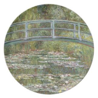 Brücke über einem Teich der Wasser-Lilien durch Melaminteller