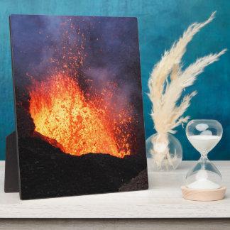 Brunnen der heißen Lava bricht aus Kratervulkan Fotoplatte