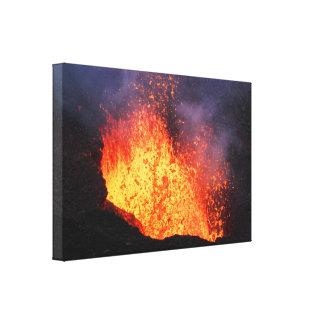 Brunnen von Lava ausbrechend aus Kratervulkan Leinwanddruck