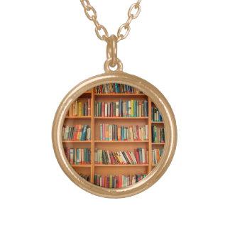Bücher auf Bücherregal-Hintergrund Halskette Mit Rundem Anhänger