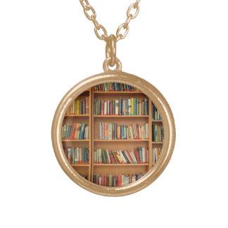 Bücherregalhintergrund Halskette Mit Rundem Anhänger