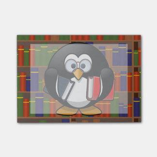 Bücherwurm-Pinguin in einer Bibliothek Post-it Klebezettel
