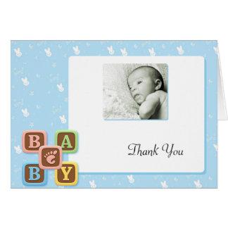 Buchstabe-Blöcke auf blauem Häschen danken Ihnen Mitteilungskarte