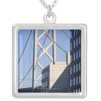Bucht-Brücke und Gebäude, San Francisco Versilberte Kette