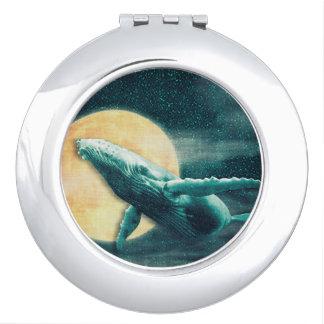 Buckel-Wal, der zum Mond-Vertrags-Spiegel fliegt Schminkspiegel