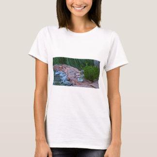 Buda, der durch den Strom meditiert T-Shirt