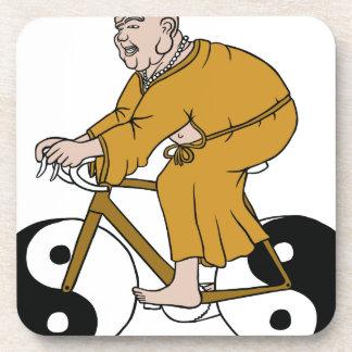 Buddha, der ein Fahrrad mit Yin Yang Rädern reitet Getränkeuntersetzer