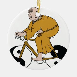 Buddha, der ein Fahrrad mit Yin Yang Rädern reitet Rundes Keramik Ornament