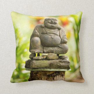 Buddha im hawaiischen Garten-Wurfskissen Kissen