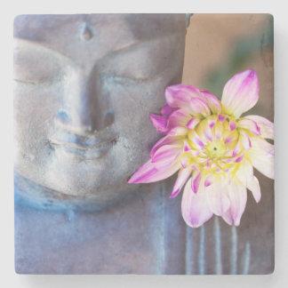 Buddha-Statue mit Dahlie Steinuntersetzer