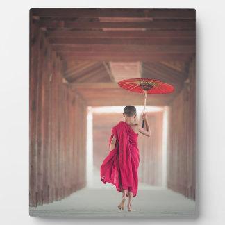 Buddhistischer Mönch mit rotem Regenschirm Fotoplatte