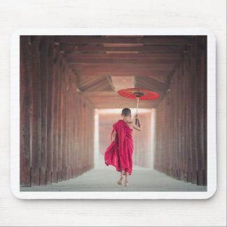 Buddhistischer Mönch mit rotem Regenschirm Mousepad