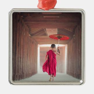 Buddhistischer Mönch mit rotem Regenschirm Quadratisches Silberfarbenes Ornament