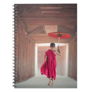 Buddhistischer Mönch mit rotem Regenschirm Spiral Notizblock