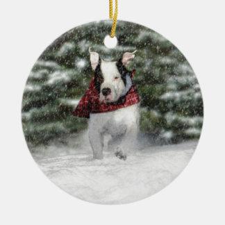 Bulldoggen-Rettungs-Welpe, der durch den Schnee Rundes Keramik Ornament