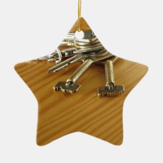 Bündel abgenutzte Hausschlüssel auf hölzerner Keramik Stern-Ornament