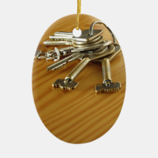 Bündel abgenutzte Hausschlüssel auf hölzerner Ovales Keramik Ornament