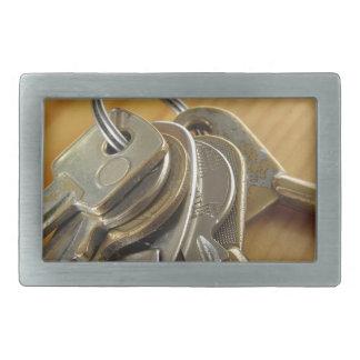 Bündel abgenutzte Hausschlüssel auf hölzerner Rechteckige Gürtelschnalle
