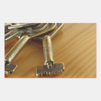 Bündel abgenutzte Hausschlüssel auf hölzerner Rechteckiger Aufkleber