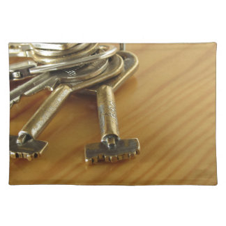 Bündel abgenutzte Hausschlüssel auf hölzerner Tischset