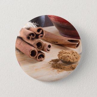 Bündel der Zimtstöcke und des Vintagen silbernen Runder Button 5,7 Cm