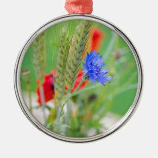 Bündel von rote Mohnblumen, Cornflowers und Ohren Rundes Silberfarbenes Ornament