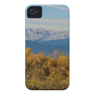 Bunte Bäume und majestätische Bergspitzen iPhone 4 Hülle
