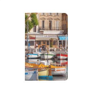 Bunte Boote im kleinen Hafen Taschennotizbuch