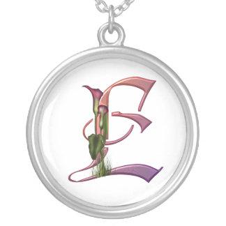 Bunte Calla-Initiale E Halskette Mit Rundem Anhänger