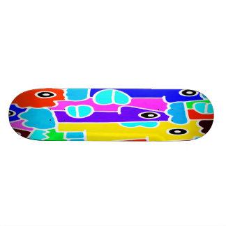 Bunte Cartoon-Gesichter mit den fetten blauen Lipp Skateboarddeck