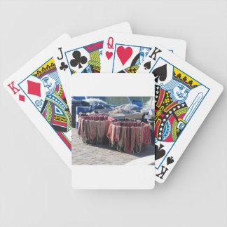 Bunte Fischernetze im Hafen. Toskana Bicycle Spielkarten