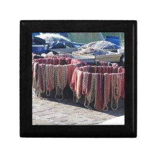 Bunte Fischernetze im Hafen. Toskana Geschenkbox
