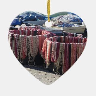 Bunte Fischernetze im Hafen. Toskana Keramik Herz-Ornament