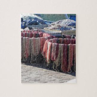 Bunte Fischernetze im Hafen. Toskana Puzzle