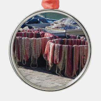 Bunte Fischernetze im Hafen. Toskana Silbernes Ornament