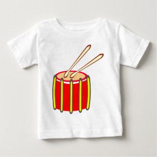 Bunte gelbe und rote Trommel mit Drumsticks Baby T-shirt