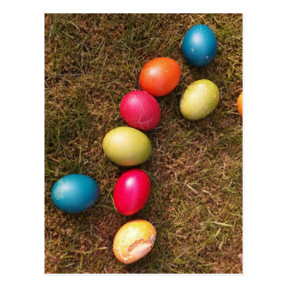 Bunte gemalte Eier im Garten, Osterei Postkarte