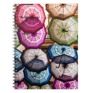 Bunte, gestreifte Regenschirme Notizblock