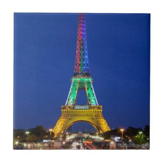 Bunte helle Anzeige auf dem Eiffelturm Keramikfliese