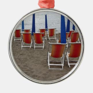 Bunte Holzstühle am Sandstrand Silbernes Ornament