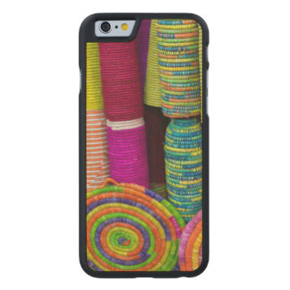 Bunte Körbe am Markt Carved® iPhone 6 Hülle Ahorn